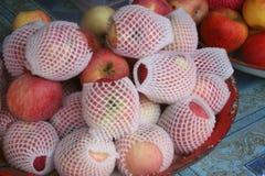Роскошные яблоки на таблице Стоковые Фотографии RF