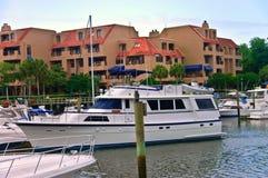 Роскошные яхта и кондоминиумы Стоковое Фото