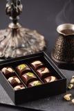Роскошные handmade конфеты шоколада с гайками в подарочной коробке Стоковые Изображения RF
