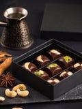 Роскошные handmade конфеты шоколада с гайками в подарочной коробке Стоковые Изображения