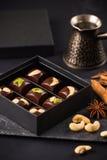 Роскошные handmade конфеты шоколада с гайками в подарочной коробке Стоковая Фотография RF