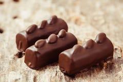 Роскошные handmade bonbons шоколада на деревянной предпосылке Стоковое Изображение RF