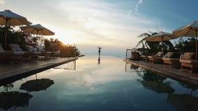 : Роскошный азиатский курорт для ослаблять Встреча восхода солнца около бассейна видеоматериал