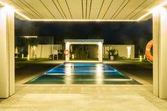 Роскошный бассейн в тропическом курорте Стоковое Изображение
