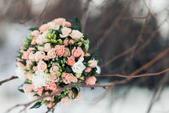Роскошный букет свадьбы Концепция замужества и влюбленности аксессуары для как раз пожененного конца-вверх церемонии цветет свежа Стоковые Фото