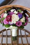 Роскошный букет свадьбы Концепция замужества и влюбленности аксессуары для как раз пожененного конца-вверх церемонии цветет свежа Стоковое Изображение RF