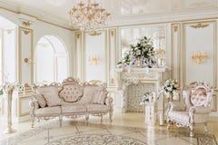 Роскошный винтажный интерьер с камином в великородном стиле стоковые изображения rf