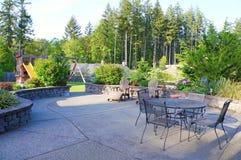 Роскошный домашний большой задний двор с мебелью Стоковое Изображение RF