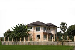 Роскошный дом и красивый благоустраивать на солнечный день Стоковые Фото