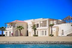 Роскошный дом на пляже стоковые изображения