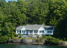 Роскошный дом прибрежной полосы озера стоковое фото
