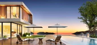 Роскошный дом с бассейном и терраса для ослаблять стоковые изображения