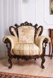 Роскошный деревянный античный стул в комнате Стоковые Изображения