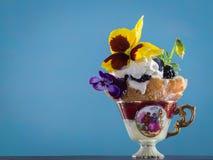 Роскошный десерт с pansies Стоковые Фото