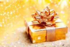 Роскошный золотистый подарок стоковое изображение rf