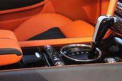 Роскошный интерьер автомобиля - рулевое колесо, рычаг переноса и приборная панель стоковое фото