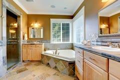 Роскошный интерьер ванной комнаты с угловой ванной Стоковые Изображения RF