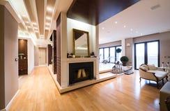 Роскошный интерьер квартиры с камином хранил с свечами Стоковые Изображения