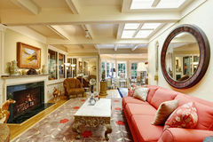 Роскошный интерьер дома Славно обеспеченная живущая комната стоковое изображение rf
