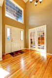 Роскошный интерьер дома Фойе с высокими потолками Стоковое фото RF