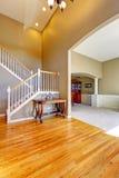Роскошный интерьер дома Фойе с лестницей Стоковые Изображения