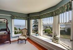 Роскошный интерьер спальни в голубых тонах с совершенным взглядом воды Стоковые Изображения RF