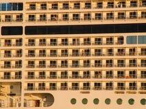 Роскошный крупный план круизного судна. взгляд от левой стороны. Стоковые Изображения RF