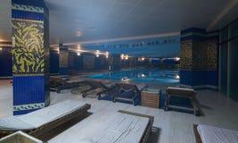 Роскошный крытый бассейн и стильные deckchairs Стоковое Фото