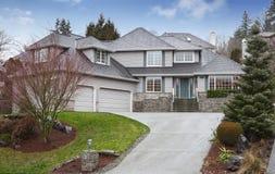 Роскошный на двух уровнях дом с гаражом и подъездной дорогой стоковое изображение rf