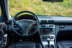 Роскошный немецкий интерьер автомобиля, 6 рычаг переключения тяги управления, контроль температуры, блок приборной панели стоковое фото rf