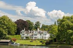 Роскошный дом на реке Темзе, Англии Стоковое Изображение