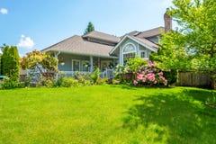 Роскошный дом на солнечный день Стоковые Фото