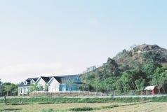 Роскошный дом перед горой Стоковое Изображение