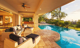 Роскошный дом с бассейном на заходе солнца Стоковое Фото