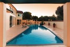 Роскошный дом с бассейном стоковые изображения rf