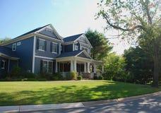 Роскошный дом с голубым siding и белыми столбцами стоковое изображение rf