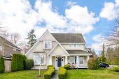 Роскошный дом с красивый благоустраивать Стоковая Фотография