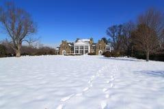 Роскошный особняк с землей снега стоковое фото rf