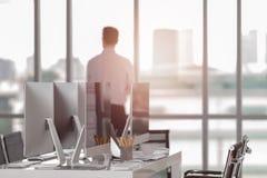 Роскошный офис в сердце города с современными компьютерами стоковые фотографии rf