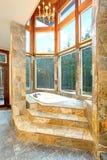 Роскошный Падени-в ванне обшитой панелями в каменных плитках Стоковые Фото