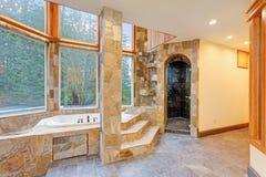 Роскошный Падени-в ванне обшитой панелями в каменных плитках Стоковые Фотографии RF