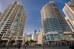 Роскошный приглашая взгляд зданий жилого кондо района центра города Торонто стильных против предпосылки темносинего неба Стоковое Изображение