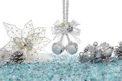 Роскошный серебряный конус звона колоколов, цветка и сосны на снеге Стоковое Фото