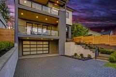 Роскошный современный домашний экстерьер на заходе солнца стоковая фотография rf
