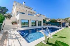 Роскошный современный дом с бассейном с двигателем водопада Дом Стоковые Изображения RF