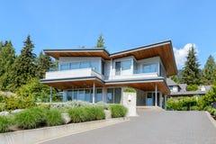 Роскошный современный дом с красивый благоустраивать Стоковое Изображение