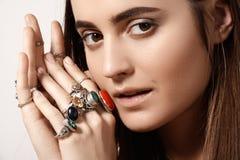 Роскошный стиль с внушительными шикарными украшениями, винтажным кольцом Романтичный аксессуар boho Стоковые Изображения