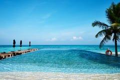 Роскошный тропический бассейн стоковая фотография rf