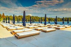 Роскошный тропический курорт с deckchairs и зонтиками, Rovinj, Хорватией, Европой Стоковое Изображение