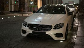 Роскошный цвет белизны E-Klasse Мерседес-Benz автомобиля Стоковые Изображения RF